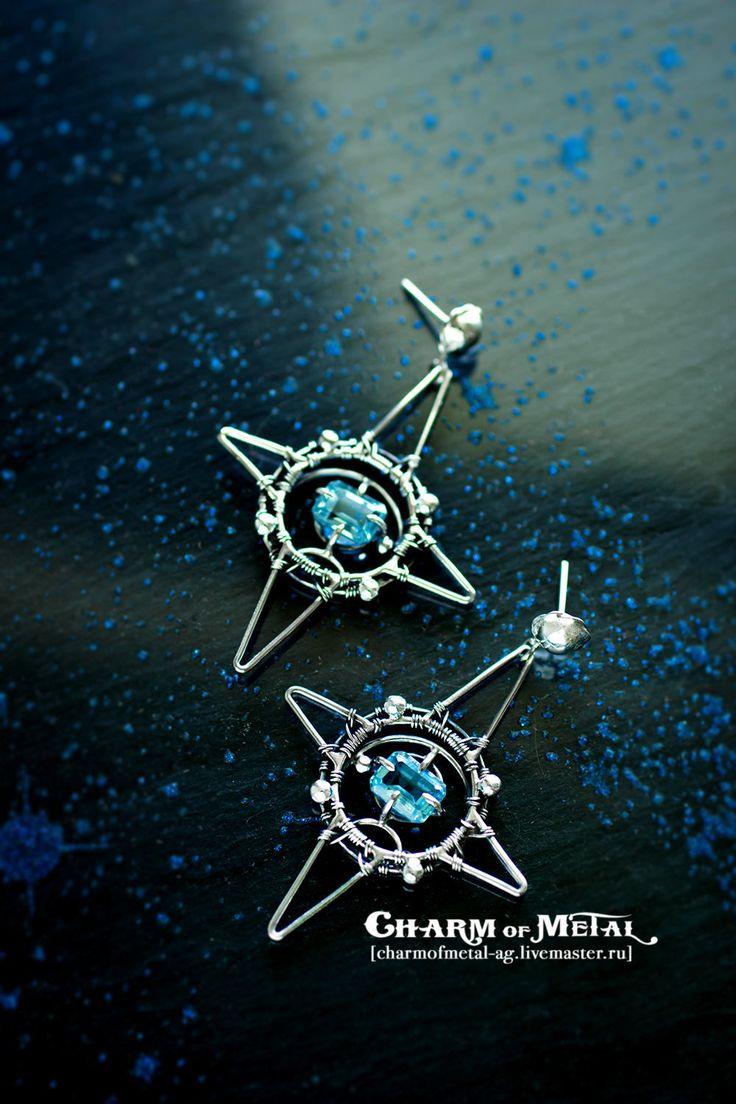 Купить или заказать 'Wind Rose' Серебряные серьги с голубыми топазами в интернет-магазине на Ярмарке Мастеров. Розой ветров называют изображение в географических картах сторон света в виде звезды с количеством лучей кратным четырем. С давних времен и до сих пор этот символ ассоциируется у нас с дальними краями, морскими ветрами, путешествиями и приключениями. В наше время этот красивый символ добавит в образ стильную деталь. В центре украшения голубые топазы в огранке 'багет',...