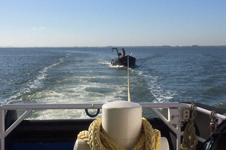 Reddingboot Zeemanshoop is dinsdagochtend uitgevaren voor een visboot met een touw in de schroef. De stuurloze boot is op sleeptouw genomen en afgemeerd aan de sluis in Vlissingen.