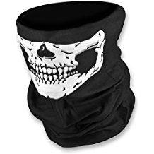 Vestito bianco e nero quali accessori caschi