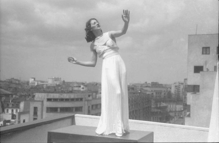 21Bukarest.Colorado.Maria Livezeanu.Tanzstudien auf der Terrasse, Victoria Versicherungsgebäude, allein auf Tisch.04.1942