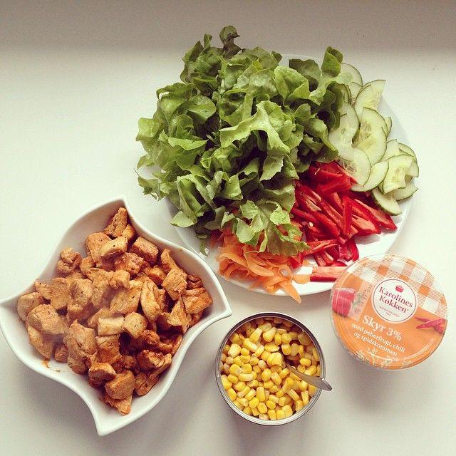 Pitabrød  #pitabread #healthy #lifestyle #food #healthyfood #chicken #salad #skyr #weightloss #workout #clean #dinner #diet #delicious #dedication #motivation #muskelmad #lækkermad #foodporn #Padgram