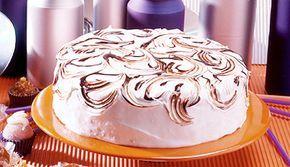 Bolo branco, recheado com Creme de Leite NESTLÉ®, coberto com marshmallow e cobertura de Chocolate