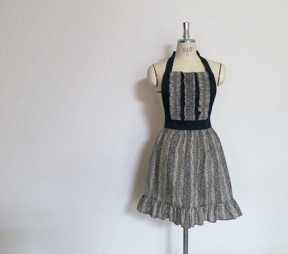 50'sファッションのテイストのギャザースカートエプロン。 身頃にもスカートにもギャザーフリルを付け古着のようなおしゃれ感のあるイメージに仕上げまし...|ハンドメイド、手作り、手仕事品の通販・販売・購入ならCreema。