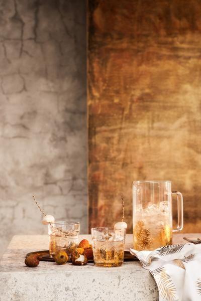 Een drinkglas van helder glas met een glanzend, geprint bladmotief. Diameter aan de bovenkant 8,5 cm, hoogte 9 cm.