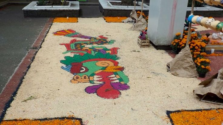 Pie de imagen:  Tapete detrás de Antonio Caso ENP #6 Coyoacán, Cuidad de México Tomada con: Cámara de iPhone 4S Tomada el 30 de octubre de 2015 Tomada por Arturo Prado López