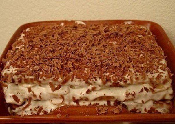 """Торт из печенья с бананом на скорую руку  Ингредиенты:  2 пачки сахарного печенья (в России это скорее всего """"Юбилейное"""", в Украине - желательно """"Моя люба"""") 5-6 бананов пол-литра сметаны 1 стакан сахара 300 мл молока киви, клубника, апельсин - количество по желанию (для того, чтобы украсить тортик) шоколадка  Приготовление:  1. Сметану взбиваем с сахаром, добавляем порезанные кружками бананы.  2. Печенье вымачиваем предварительно в молоке (всего пару секунд), после чего начинаем с него…"""