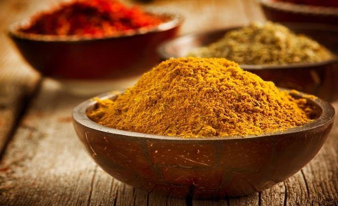 Ο κουρκουμάς έγινε πολύ δημοφιλής και όχι άδικα. Η κίτρινη χρωστική ουσία που περιέχει, η κουρκουμίνη, είναι υπεύθυνη για τις περισσότερες φαρμακευτικών ιδιότητες αυτής της ρίζας.
