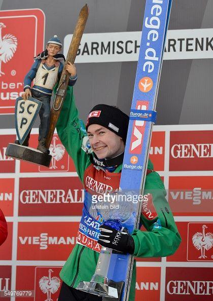 Sieger Anders Jacobsen mit der Trophaee der Skispringer waehrend dem FIS Skispringen Weltcup bei der 61 Vierschanzentournee am 1 Januar 2013 in...
