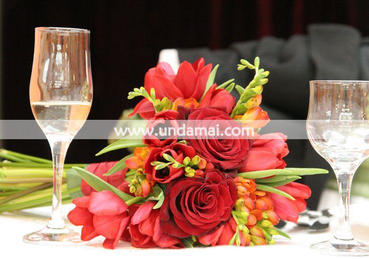 Buchet rosu din trandafiri, frezii si lalele