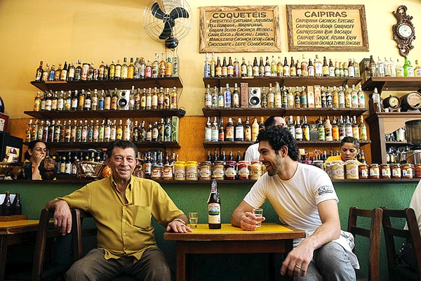 [imagem: Seu Zé Almeida e Rodrigo Oliveira, pai e filho, no Mocotó Restaurante e Cachaçaria] Rodrigo Oliveira: comida nordestina contemporânea: http://www.benitabrasil.com/post/detalhe/categoria/gastronomia/noticia/rodrigo-oliveira-comida-nordestina-contemporanea