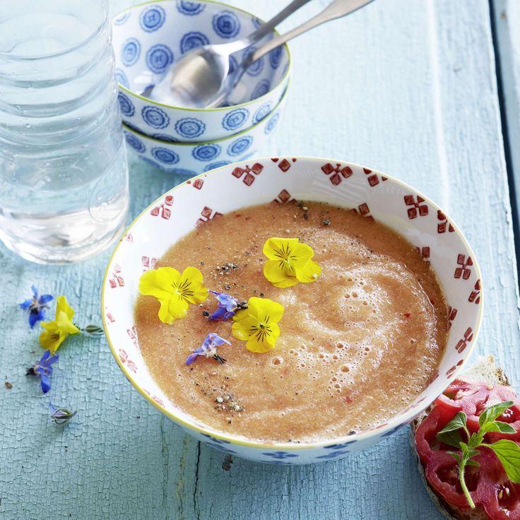Kalte Melonen-Zitronen-Suppe mit Blüten. Die pikante, kalte Melonen-Zitronen-Suppe ist eine erfrischende Sommer-Vorspeise. Mit ein paar Blüten dekoriert, sieht sie besonders hübsch aus.