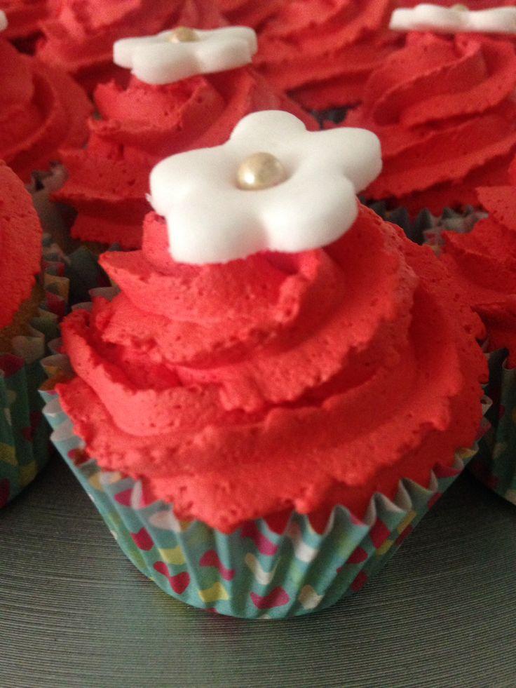 #minicupcake de vainilla con chispas de chocolate decorado con crema y una flor de fondant #dulcemomento #moncherry