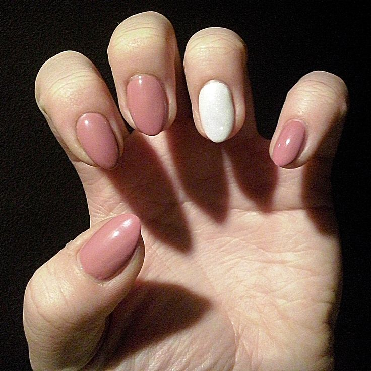 Natural almond hybrid nails: Semilac Indian Rose and White with gold mermaid effect