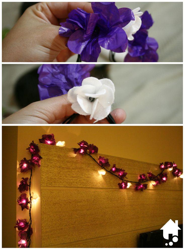 Clique e aprenda a customizar um pisca-pisca com flores feitas de forminhas de doces e feltro! #Iluminacao #FacaVoceMesmo #DIY #Decoracao