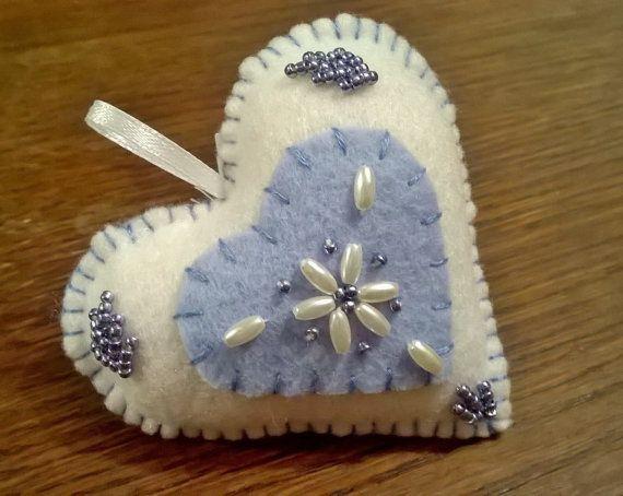 Décoration Coeur bleu et perles en feutrine par Fileusedetoiles