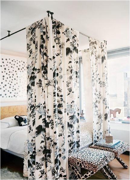 Закрепите карнизы для штор на потолке, и получите кровать с балдахином