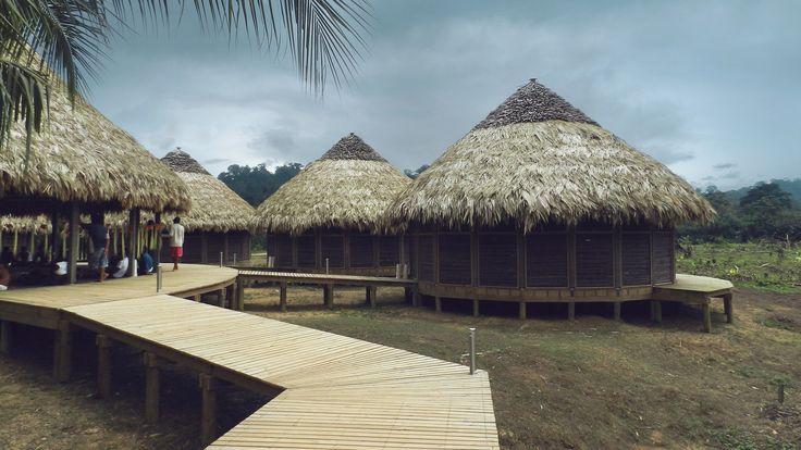 Construido en 2014 en Nuquí, Colombia. Imagenes por Tomas Botero, Luisa F. Garcia. La comunidad indígenaes conocida como Puerto Jagua, a orillas del río Chorí en inmediaciones del poblado de Jurubira que a su vez pertenece al...