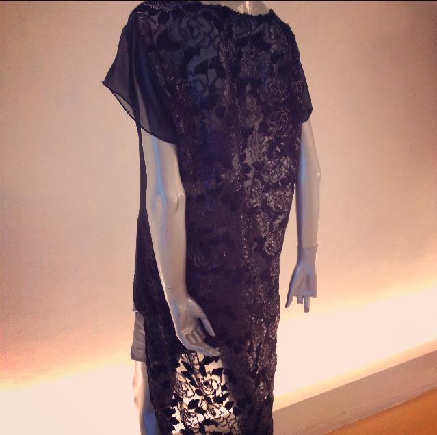 Detalle de transparencia en espalda con motivos florales y aplicaciones de terciopelo e hilos metálicos.
