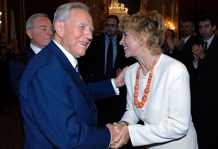 Carlo Azeglio Ciampi e Mariangela Melato al Quirinale nel 2005  (AP Photo/Enrico Oliverio-Italian Presidency Press Office)
