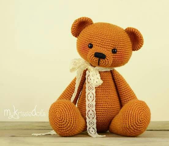 En zo is 'Mijn Kleine Pandabeer' veranderd in een ouderwetse Teddybeer! <3 Ik heb deze schattige beer gehaakt met sokkenwol van Regia. Namelijk Regia Uni 4-draads, kleurnummer 2746 (ca. 80 gram). Voor het patroon van deze lieverds zie mijn webshop: www.mykrissiedolls.nl (dit patroon verschijnt niet in mijn komende boek).