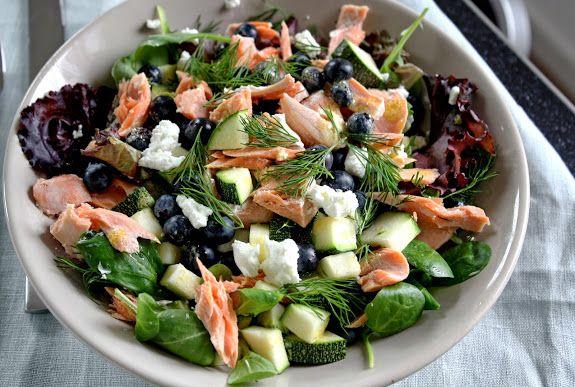 Snelle maaltijdsalade met courgette, zalm, blauwe bessen en geitenkaas