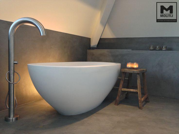 Vrijstaande baden van JEE-O zijn maximale minimalisme. Prachtig in combinatie met de ruwe betonlook en de vrijstaande kraan.