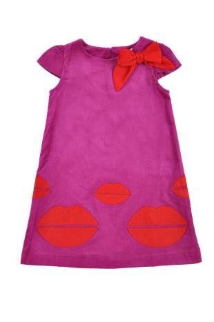 Vestido para niña confeccionado en corduroy en color magenta y con adornos en rojo.