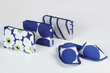 ビジネスクラスのアメニティケースのデザインは、マリメッコの代表的なデザインであり、デザインコラボレーションの象徴として塗装機にもデザインされている「Unikko(ウニッコ)」、ブルーの「Kivet」、ブルーとグレーの波柄「Silkkikuikka(シルッキクイッカ)」の3種類。Kivetのスリッパも提供しています。