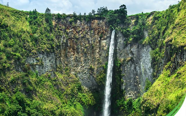 Sipiso-piso waterfall on the North side of Lake Toba is popular with visitors who come to snap a pic this magnificent natural wonder. http://bit.ly/2aKNjpn #WonderfulIndonesia