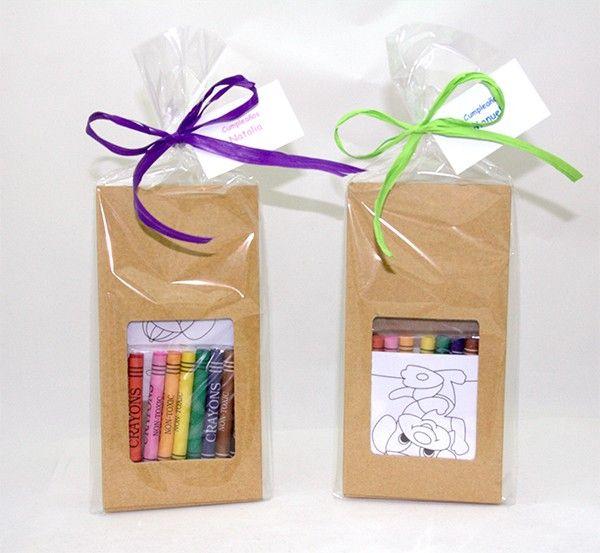 Caja con ceras que contiene 8 plantillas para colorear. Entretenido kit para colorear y que los niños se diviertan en ocasiones especiales como en los cumpleaños.