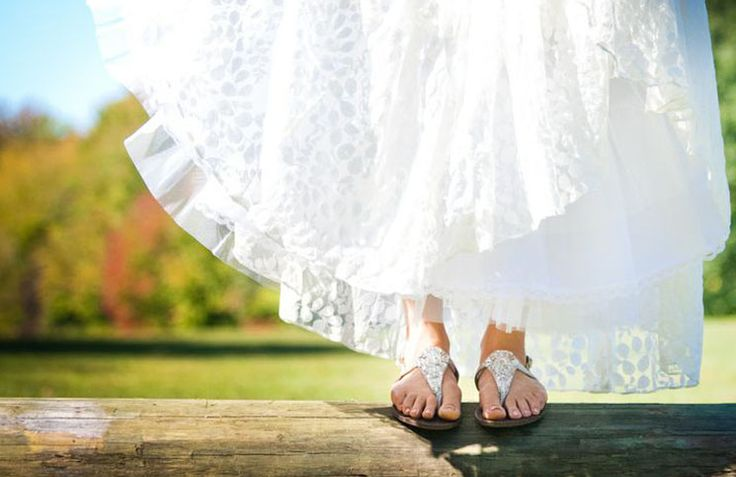 Niet iedereen wil een paar hoge hakken om in te trouwen. Bekijk nu de mooiste platte trouwschoenen voor je bruiloft.