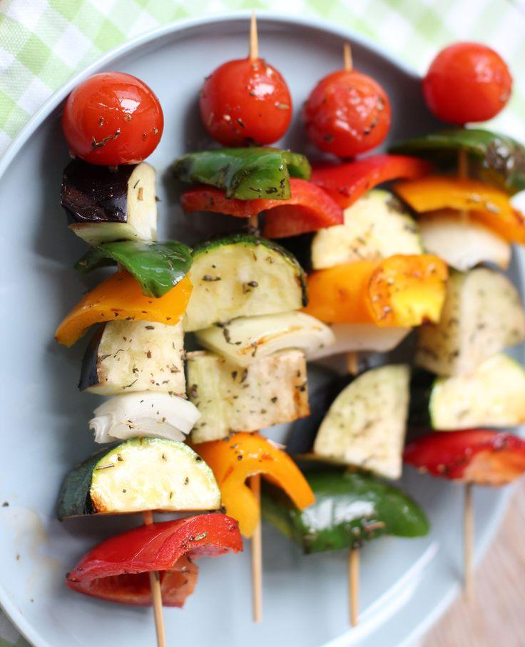 Een lekker en simpel recept: groentespiezen. Ook ideaal voor op de barbecue! Varieer met groenten en maak verschillende spiezen. In de video laat Sofie je zin hoe je ze maakt. Kijk je mee? Groentespiezen Dit heb je nodig paprika's 1…