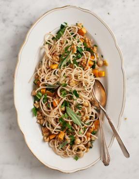 Pasta profumata alla salvia con zucca e noci (da Love and lemons)Un primo piatto dai sapori autunnali, a base di spaghetti o linguine integrali: zucca, ceci, noci, salvia. Leggero e squisito.