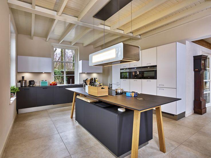 Wilt u uw keuken kopen in Duitsland? In de keukenwinkel van Ekelhoff Keukens vindt u exclusieve top keukens, showroomkeukens of voor u op maat gemaakt!