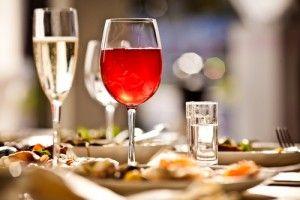 Den richtigen Wein zum Essen zu wählen (und umgekehrt) kommt einer Kunst gleich. Foodpairing wird sie in Fachkreisen genannt und klingt damit gleich wieder abschreckend wissenschaftlich.  Es kann aber auch ganz einfach sein - und macht sehr viel Spaß! Die folgende Tabelle gibt eine erste Orientierung:   http://www.weinbilly.de/weinwissen/foodpairing-tipps-welcher-wein-passt-zu-welchem-essen