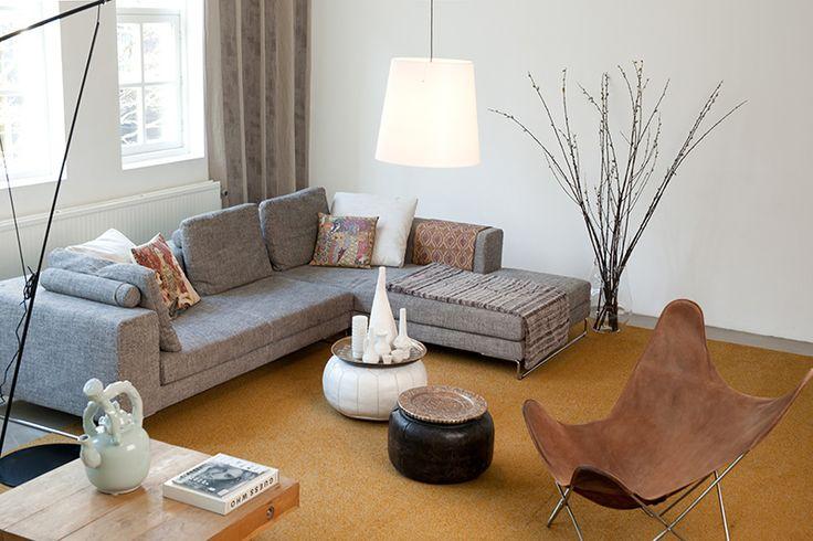 Een okerkleurig kamerbreed #tapijt ademt de look van #vintage. #Desso #Stream