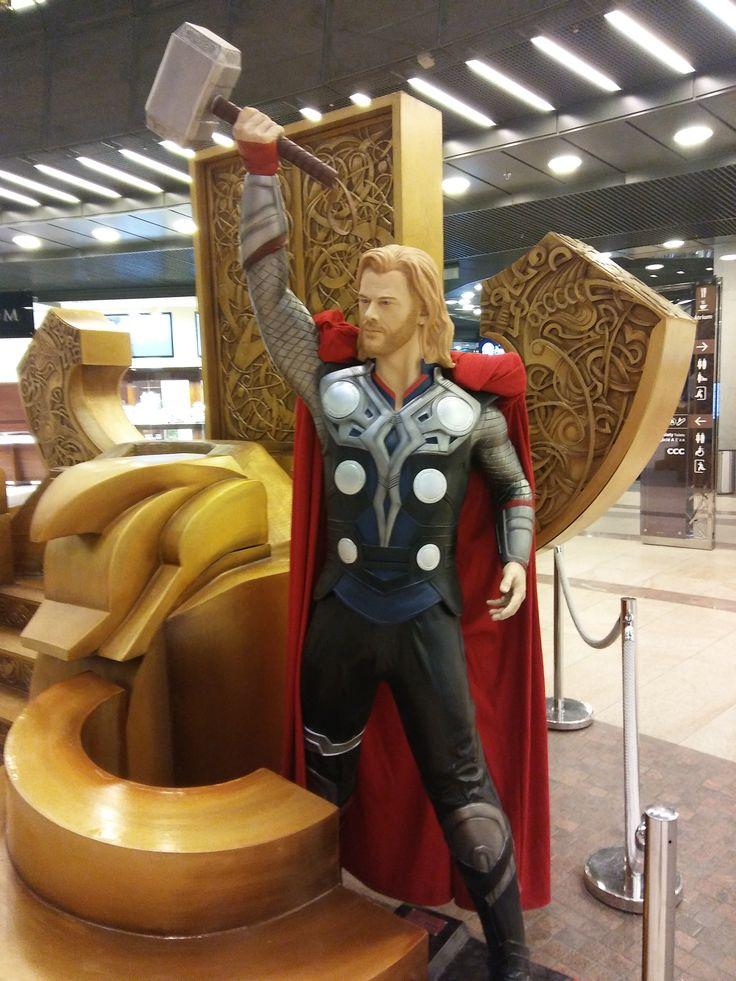 """Z wystawy """"Superbohaterowie"""" z komiksów Marvel'a w Cuprum Arenie. - Thor i jego tron."""