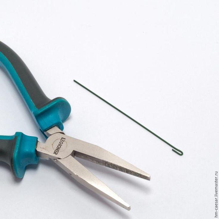 1. Понадобится: - фоамиран желтого цвета; - фоамиран зеленого цвета; - ножницы; - кусачки; - плоскогубцы; - суперклей; - герберная проволока; - тэйп-лента зеленая. 2. Из фоамирана желтого цвета вырежем полоску (ширина полоски — 2 см, длина — 40 см). 3. Вырезанную полоску необходимо нарезать бахромой, не дорезая до конца 0,5 см. 4. К разогретому утюгу приложим нарезанную полоску на 2-3 секунды…
