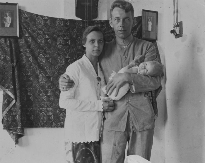 Portrait of a KNIL soldier with baby and woman in sarong and kabaja