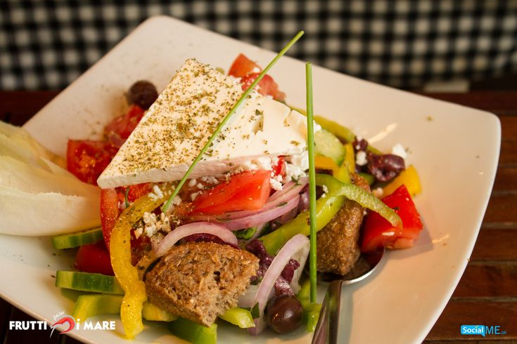Χωριάτικη σαλάτα, με κρητικό ντάκο! Ακόμα μια γεύση του Frutti di Mare, που τιμά την ελληνική παράδοση!