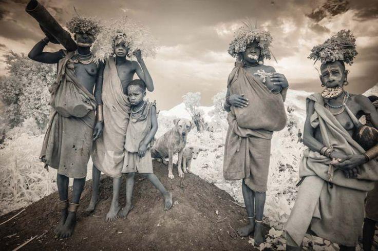 tribu-afrique-omo Faisant écho aux travaux de Diego Arroyo avec les photographies des tribus d'Éthiopie ou encore les séries de portraits d'enfants en Éthiopie, la photographe Terri Gold nous livre sa vision humaniste en images. J'ai toujours été attirée par les derniers coins mystérieux du monde. Je m'intéresse à explorer les rituels qui donnent un sens à la vie des gens. Mes recherches m'ont conduites à la photographie infrarouge. Il y a une chasse à l'invisible, qui touche une autre…
