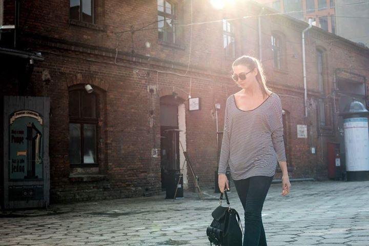 • W końcu piątek. 🍀🍀🍀 • Luźny street style - zdecydowanie w tym czujemy się najlepiej 👈🏻 A Wy? ✌🏻  http://twomoon.pl/produkt/bluzka-gole-plecy/