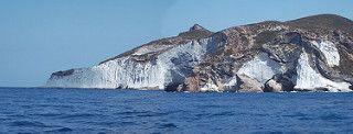 Isola di Ponza - le incredibili caotiche formazioni rocciose vulcaniche tipiche dell'isola   da Lorenzo Sturiale