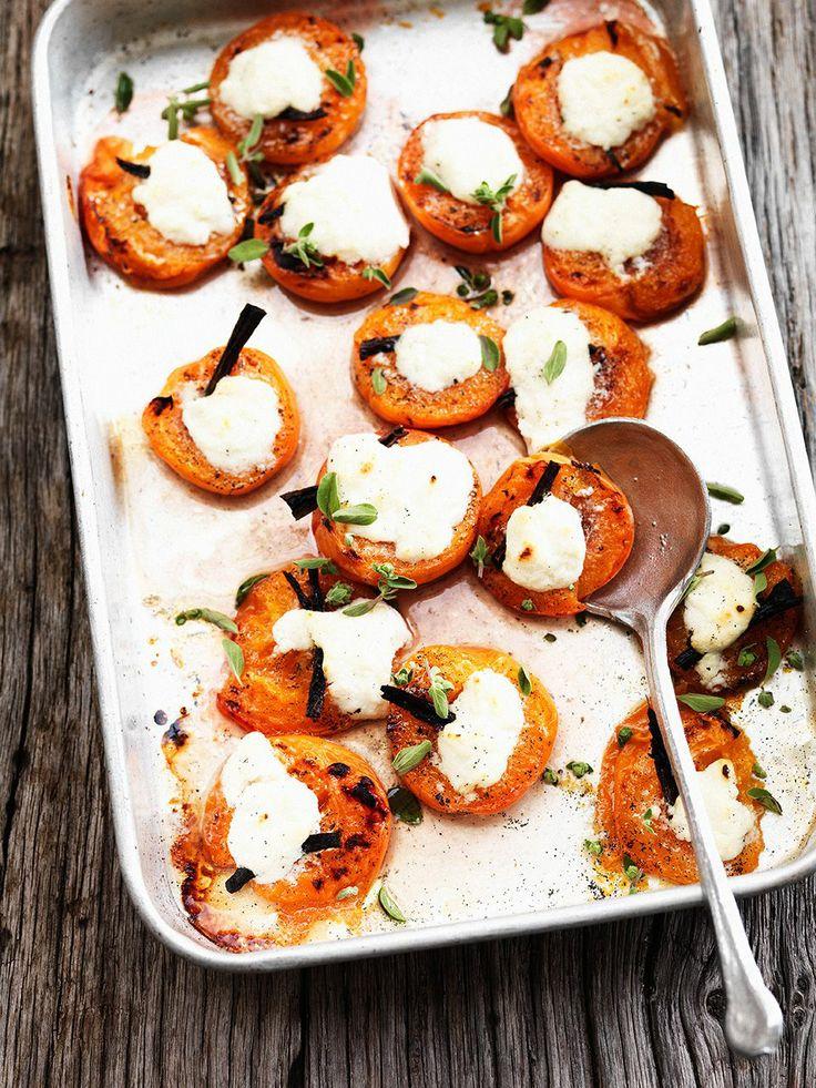 abrikozen met majoraan uit de oven In een handomdraai iets lekkers op tafel. Ook heerlijk met perziken of nectarines.