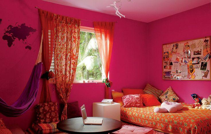 Júlia, 17 anos, passou um ano no intercâmbio na Austrália. Quando voltou, seu quarto era uma surpresa só. O ambiente foi tingido de rosa-choque por sua mãe, Sylvie Leblanc, dona da Loja Loja. Repare no quadro para guardar lembranças.