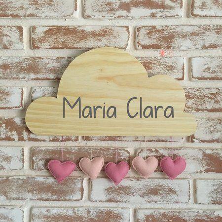 Nuvem de madeira com corações de feltro para enfeitar porta de maternidade