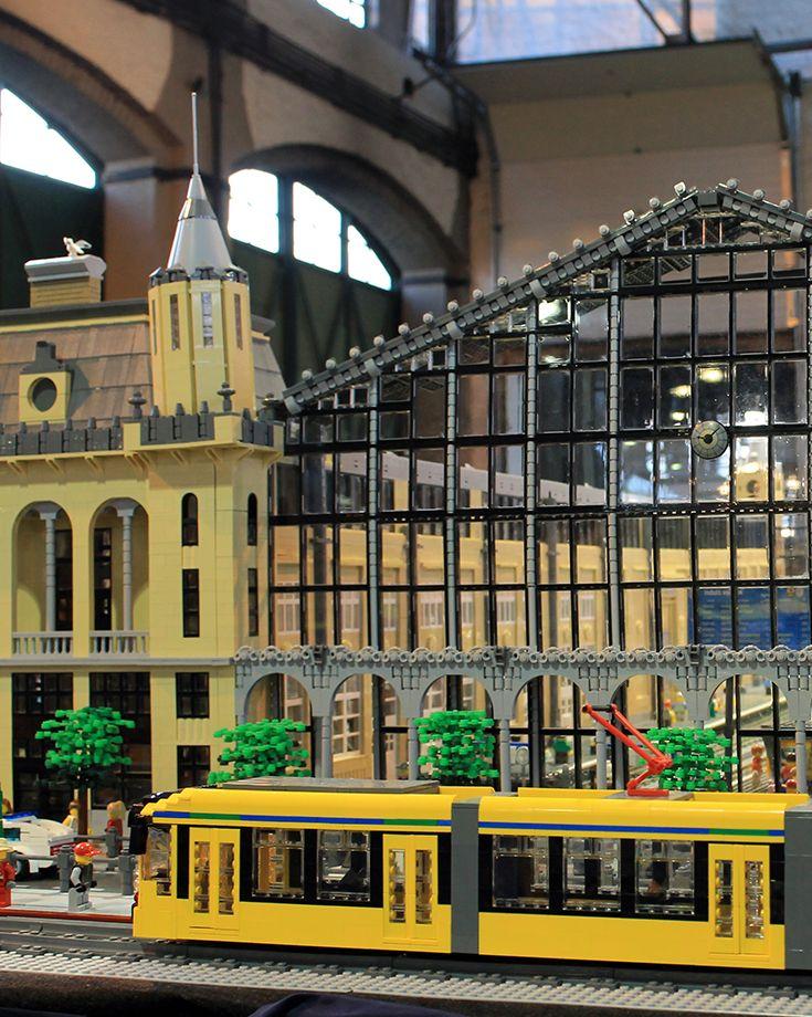 #Temofeszt Első nap. A #Lego terepasztal. Nyugati pályaudvar és Combino villamos. Az asztalról bővebben a helyszínen készült interjúnkban olvashattok: http://bolt.vasutmodellcentrum.hu/2014/10/11/lego-terepasztal/
