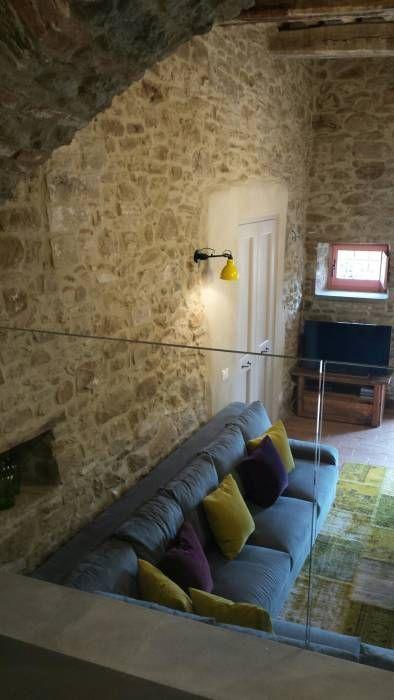 Salas multimedia de estilo rústico de Marcello Gavioli