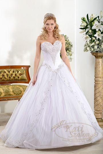 346- Klasszikus, hercegnős esküvői ruha. Felsőrészén az apró Swarovski kristályok és gyöngyök  viselője karcsúságát hangsúlyozzák