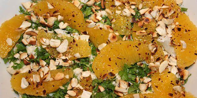 Der skal kun fire ingredienser til at lave denne super gode blomkålssalat med appelsin, nødder og persille.